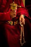 Buddistisk munk och hjul, Dalai Lama tempel, McLeod Ganj, Indien Arkivfoton