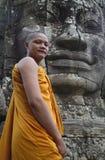 Buddistisk munk på Bayonen, Angkor, Cambodja Royaltyfria Bilder
