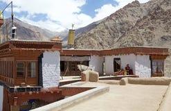 Buddistisk munk på den Likir kloster, Ladakh, Indien royaltyfria bilder