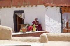 Buddistisk munk på den Likir kloster, Ladakh, Indien arkivfoton