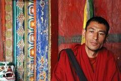Buddistisk munk på Hemis Monastry royaltyfria bilder