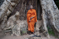 Buddistisk munk på Prasat Ta Prohm på Angkor Wat Royaltyfri Fotografi