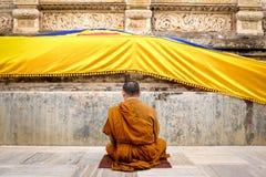 Buddistisk munk som ber och mediterar Royaltyfri Fotografi