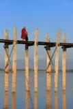 Buddistisk munk som går på bron för U Bein, Amarapura, Myanmar Royaltyfria Foton