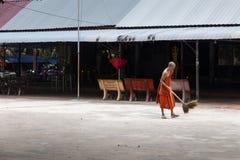 Buddistisk munk som utanför sopar golvet royaltyfria foton