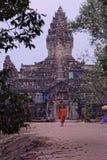 Buddistisk munk utanför den Bakong templet Royaltyfri Bild
