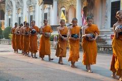 Buddistisk munks samling för morgonallmosa Royaltyfria Bilder