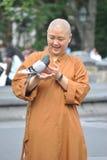 Buddistisk nunna med duvan royaltyfri foto