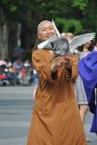 Buddistisk nunna med duvor arkivfoto