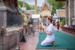 Buddistisk nunnameditation på templet av Thailand Arkivfoton