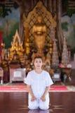 Buddistisk nunnameditation på templet av Thailand Royaltyfri Bild