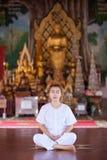 Buddistisk nunnameditation på templet av Thailand Royaltyfria Bilder