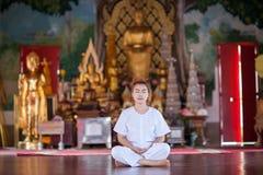 Buddistisk nunnameditation på templet av Thailand Arkivbilder