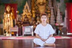 Buddistisk nunnameditation på templet av Thailand Royaltyfria Foton