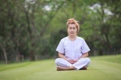 Buddistisk nunnameditation på templet av Thailand Fotografering för Bildbyråer
