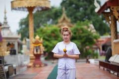 Buddistisk nunnameditation som går på templet av Thailand Royaltyfria Bilder