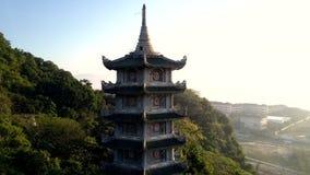 Buddistisk pagod för flyg- sikt på berget mot stad arkivfilmer