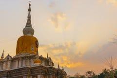Buddistisk pagod i solnedgånghimmel, Thailand Royaltyfri Bild
