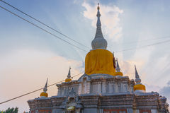 Buddistisk pagod i solnedgånghimmel, Thailand Royaltyfri Fotografi