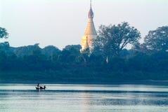 Buddistisk pagod på floden Ayeyarwady nära Mandalay Arkivbilder