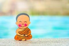 Buddistisk pojke på semestern som sitter i lycklig sommar för Lotus position på kanten av pölen Slut upp, kopieringsutrymme arkivbild