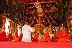 Buddistisk prästvigning Arkivbilder