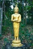 Buddistisk skulptur - Buddha som rymmer en allmosabunke Arkivfoto