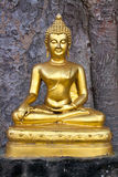 Buddistisk skulptur - Buddha som underkuvar Mara Royaltyfria Foton