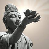 buddistisk staty för blommaholdinglotusblomma Arkivbilder