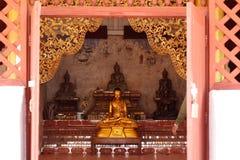 Buddistisk staty i ett rum i en tempel, nordliga Thailand Arkivfoton