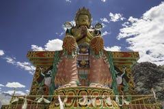 Buddistisk staty mot Himalayas Fotografering för Bildbyråer