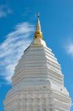 Buddistisk stupa eller Chedi i tempelphayaoen, Thailand Arkivfoton