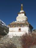 Buddistisk stupa i Himalayan berg Arkivbild
