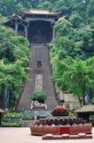 Buddistisk tempel överst av en brant trappuppgång royaltyfria foton