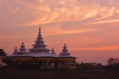 Buddistisk tempel för Kyaut KaLat på bakgrunden av dramatisk färg Arkivfoton
