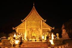 Buddistisk tempel i Chiang Mai vid natt Royaltyfri Fotografi