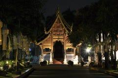 Buddistisk tempel i Chiang Mai vid natt Royaltyfria Bilder