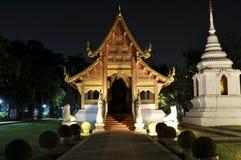 Buddistisk tempel i Chiang Mai vid natt Royaltyfria Foton