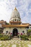 Buddistisk tempel Kek Lok Si med pagoden i Penang, Malaysia arkivfoton