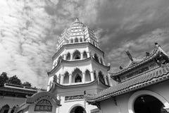 Buddistisk tempel Kek Lok Si med pagoden i Penang, Malaysia royaltyfria foton
