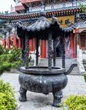 Buddistisk tempel med färgrika dekorativa detaljer upptill av det Tianmen berget, Hunan landskap, Zhangjiajie, Kina royaltyfria foton
