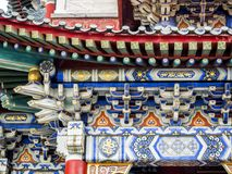 Buddistisk tempel med färgrika dekorativa detaljer upptill av det Tianmen berget, Hunan landskap, Zhangjiajie, Kina arkivbild