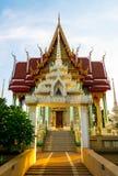 Buddistisk tempel med guld- ljus Arkivbilder