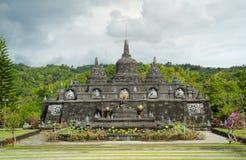 Buddistisk tempel med stupas i Bali, Indonesien Arkivbild