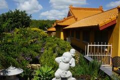 Buddistisk tempel med trädgårds- sikt Royaltyfri Foto