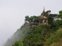 Buddistisk tempel på berget i dimma, Cambodja royaltyfri fotografi