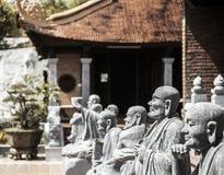 Buddistisk tempel på den Phu Quoc ön med många statyer arkivfoton
