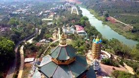 buddistisk towerlike pagod för Fågel-öga flyg på flodbanken stock video