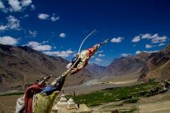 Buddistiska bönflaggor mot hisnande landskap Royaltyfri Foto