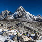 Buddistiska bönflaggor på bergrösen på Arkivbilder